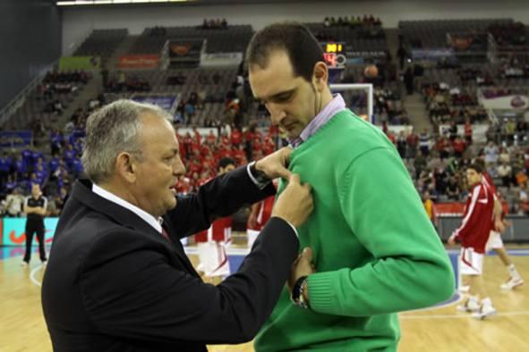 Romero recibe la insignia del club