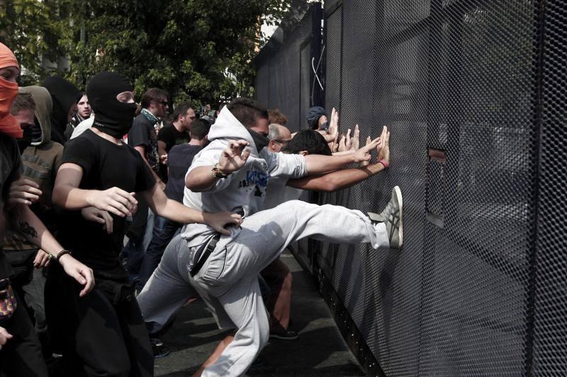 Atenas recibe a Merkel en pie de guerra